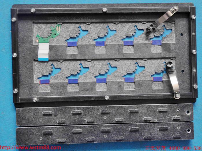 一.了解焊接工装夹具托盘主体结构设计 1、 DIP托盘的外形,依据客户的PCB大小尺寸在PCB每边各加25MM左右(可根据实际情况调整)。宽度尺寸最大不能超过客户波峰焊设备轨道宽度要求的尺寸,厚度根据PCB及反面最高贴片元件的总厚度来选择,一般在该厚度的基础上加上1mm再取整。 2、 DIP托盘的轨道边,通常由客户指定,要与客户的波峰焊设备轨道相符合,再根据PCB板的流向来设计为四边轨道或双边轨道,如果是双边轨道要与客户所需要的PCB走向保持一致;托盘四个角倒R3。 3、 DIP托盘四周做挡锡条,挡锡条截
